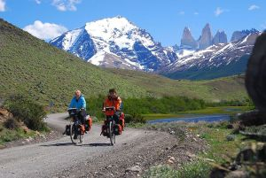800px-027_Cycling_Torres_del_Paine